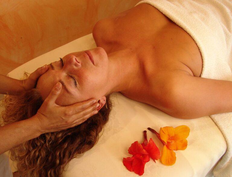 Jeune femme qui se fait masser au spa Balnéocap au Cap d'Agde