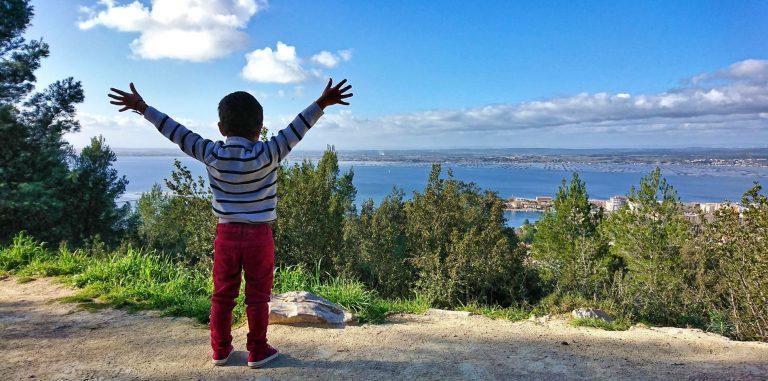 Un enfant admire la vue depuis les Pierres-Blanches à Sète