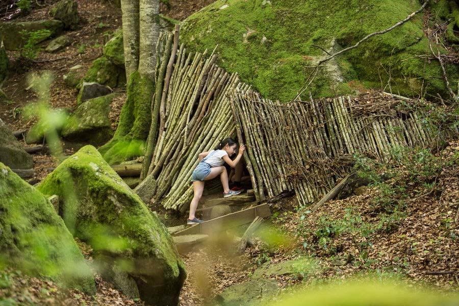 Enfants sur le sentier de l'enfant sauvage en Monts et Lacs en Haut-Languedoc