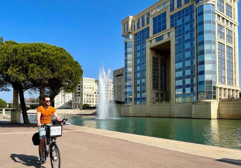 Jeune homme en vélo le long du lez avec Smile-Bike