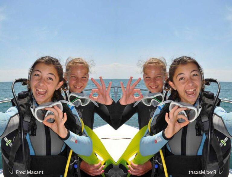 2 jeunes femmes sur un bateau avant de faire de la plongée sous-marine