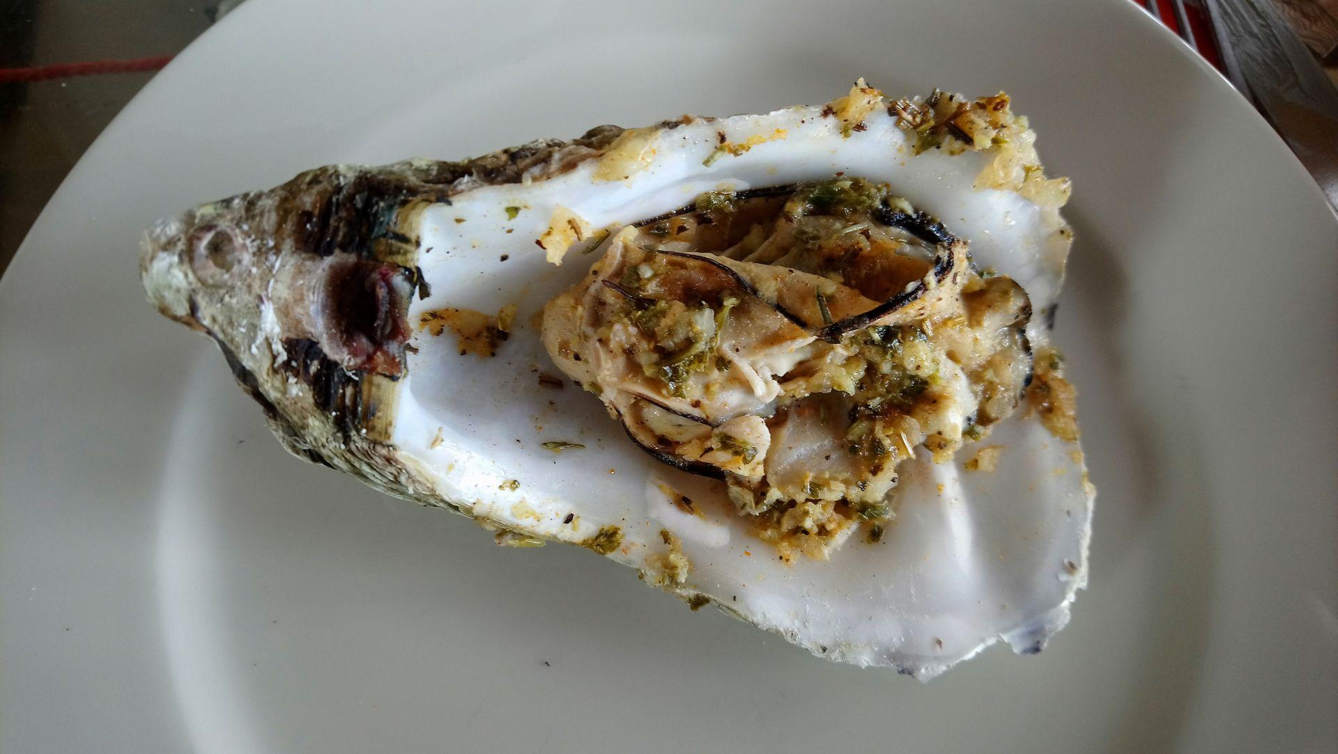 Huître gratinée dans une assiette