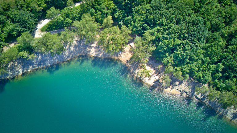 Vue aérienne du lac des monts d'Orb à Avène