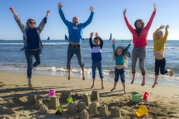 Construction de châteaux de sable en famille sur la plage Richelieu au Cap d'Agde