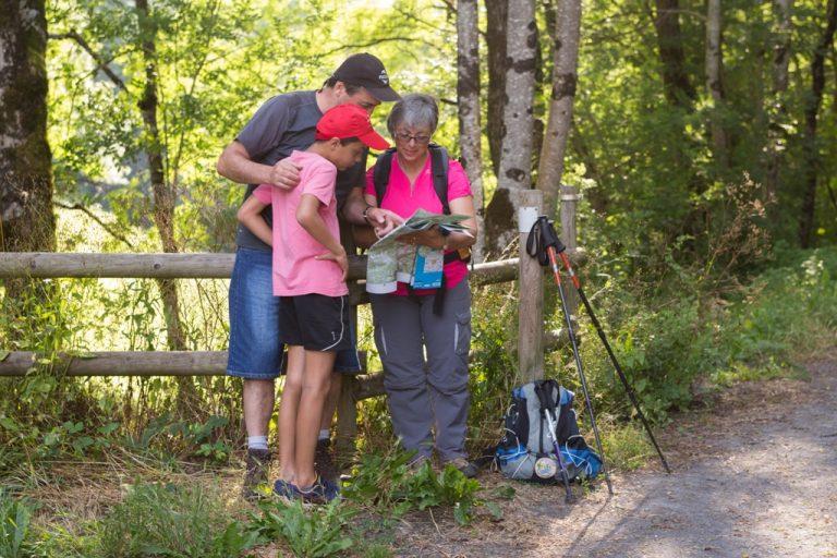 Groupe de randonneurs en Monts et Lacs en Haut-Languedoc